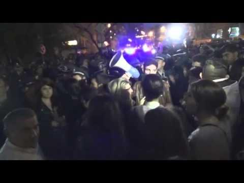 Армяне митингуют в Ереване у посольства России. Армяне оскорбляют В. Путина и Россию.