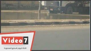 بالفيديو .. انفجار ماسورة مياه يحول شارع الـ 90 بالتجمع الخامس لحمام سباحة