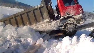 Северные дороги.  К-700 вытаскивают провалившийся Scania.