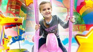 История про развлечения! Бассейн с шариками! Кира (Kira) и мама Настя (Nastya) – видео для детей!