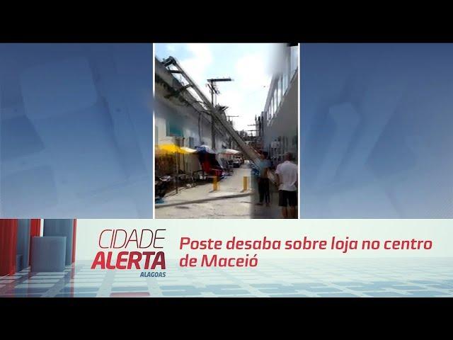 Poste desaba sobre loja no centro de Maceió