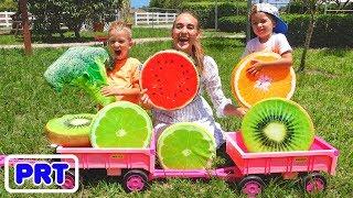 Vlad e Nikita se escondem e procuram frutas na fazenda