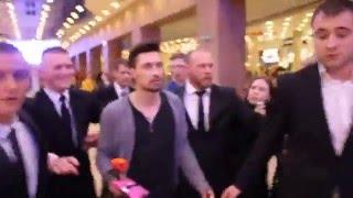 """Охрана спасает Диму Билана от назойливых фанатов на премьере фильма """"Герой"""" в Петербурге"""