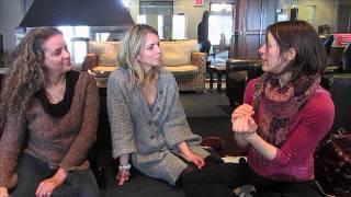 Jacynthe discute avec Danielle Denichaud, consultante en nutrition et Ingrid Schutt, homéopathe.