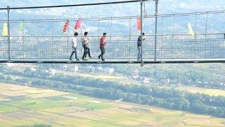Chine: vertige et émotions fortes sur un pont suspendu en verre
