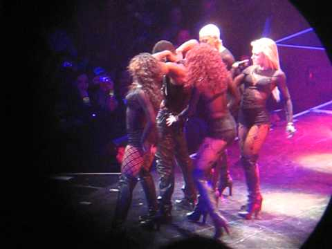 Usher Tour 2011 being a Freak on stage