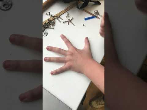 Грузин порезал руку, играя в ножик