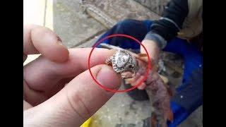 Женщина разделывала свежепойманную щуку. Но то, что она нашла внутри рыбы — это сокровище!