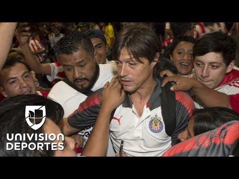 Seguidores de Chivas respaldan la continuidad del técnico Matías Almeyda