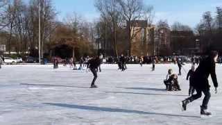L'étang du parc municipal de Sittard transformé en patinoire naturelle