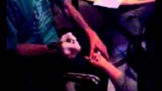 el maki de los bermejales tatuando ala  sandra en la nano el nombre de su sobrina saray