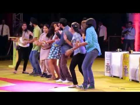Farhan Akhtar dancing on havan kund maston ka jhund