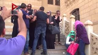 في جنازة والد شيرين...رامي صبري يواسي والدتها