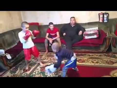Kinder machen kickboxen