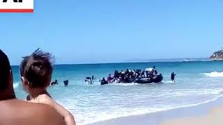 لحظة وصول المهاجرين إلى أحد شواطئ اسبانيا