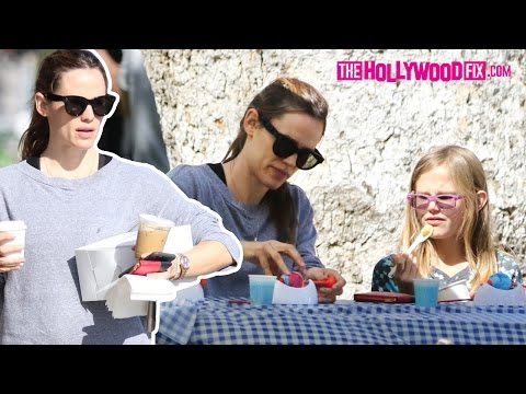 Jennifer Garner Takes Her Kids To The Park To Paint Easter Eggs For The Holiday3.26.16