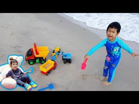 น้องบีมลูกแม่บี | เที่ยวทะเล เล่นน้ำ เล่นทราย รถของเล่น