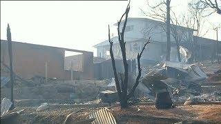 Australian bushfire destroys homes, hundreds of people flee