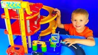 Машинки с треком и Малыш Даник - Развлекательное видео для детей с машинками