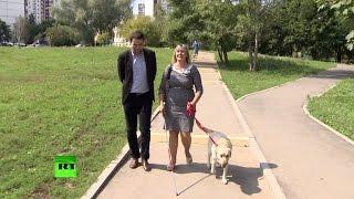 Слепая москвичка рассказала RT о разлуке и встрече с собакой-поводырем