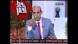 """شاهد.. محمد موسى يهدي أمير قطر """"خيارة"""" على الهواء"""