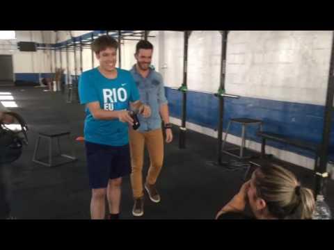 Bastidor: durante treino com Porchat, Ju tenta jogar água no apresentador