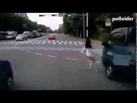 Mujer hlando por celular se salva milagrosamente de ser atropellada