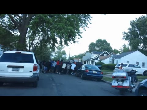 DETROITERS REMOVE OVERTURNED CAR BEFORE POLICE ARRIVE