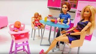 Барби и ее дочки: стульчик для кормления. Ужин в семье Барби