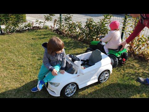 Fatih Selim ve Ela bahçeye oyuncakları çıkarttı.akülü araba'ya en çok kim binmiş.