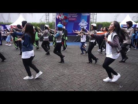 "Flashmob ""Ayo Nonton"" Pesta Rakyat Banyuwangi KOMINFO #AyoNontonAG2018 #AGDanceChallenge"