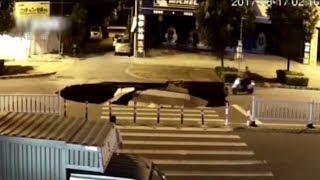 Внимание — яма: китаец на мопеде не заметил гигантскую дыру на дороге