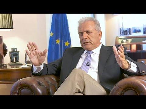 """Dimitris Avramopoulos: """"Qualquer país que viole a lei europeia terá consequências"""""""