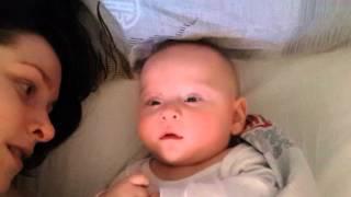 Ребенок 5 месяцев поет