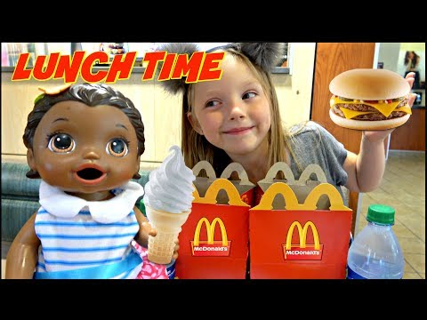 BABY ALIVE goes to McDONALDS! FOOD and FUN! The Lilly and Mommy Show. The TOYTASTIC Sisters