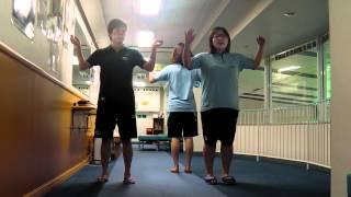幼児クラスでは、毎回音楽に合わせてリズム体操を行っています。 先生の...