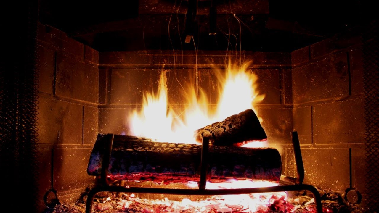 огонь полыхает в камине