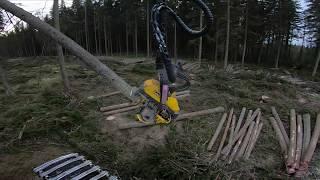 ESEDU:n metsäkoulun oppilaille pölkkyjä katkokomassa. Ponsse scorpion king h7