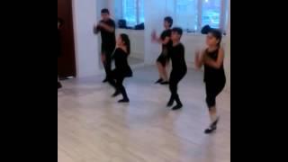 Дети танцуют лезгинку.