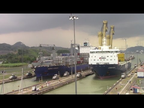 RACE! Ships JUMBO KINETIC & MAERSK NIJMEGEN at Miraflores - Panama Canal (April 26, 2017)
