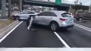 La increíble fuga de un conductor tras provocar un accidente | EL MOTOR