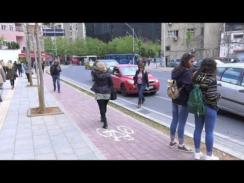 Këmbësorët në korsitë e biçikletave në Tiranë - Reporter.al