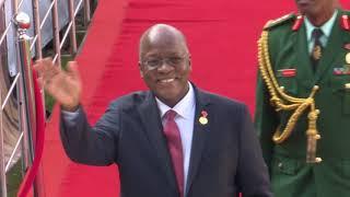 JPM Alivyopokewa Uwanjani kwa SHANGWE na maelfu ya Wa 'SAUZI'
