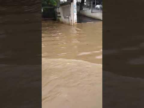 Chuva causa transtorno no centro de Simões Filho - veja vídeo