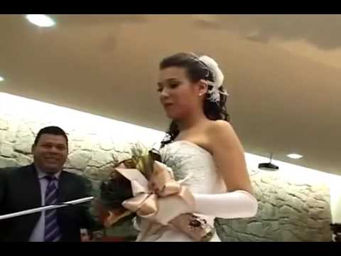 Novio le sorprende   a su novia en su boda con linda cancion con el saxofon   I Will Always Love You