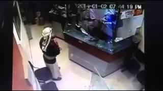مقطع فيديو يطهر سرقه مصرف العمقي صنعاء اليمن 2014 1 2