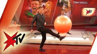 Dinge hochhalten-Challenge: Toni Kroos vs. Steffen Hallaschka | stern TV
