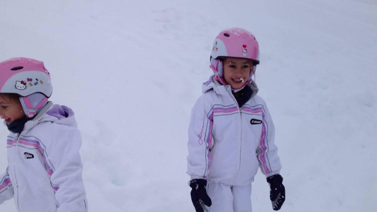 Aurora e francesca giocano sulla neve livigno 2014