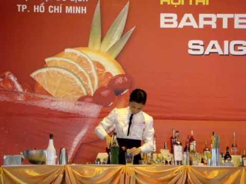 Trần Thị Mai Nga biểu diễn thi pha chế sáng tạo