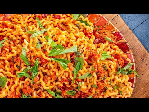 How To Make Sundried Tomato And Roasted Red Pepper Sauce With Fusilli & 4-Lettuce Salad